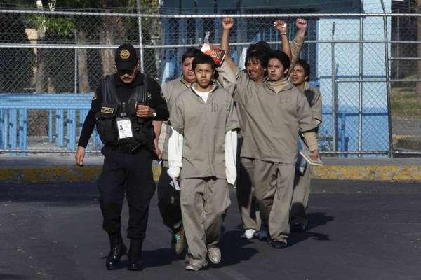 Diez mujeres, de 11 consignadas por los disturbios del 1 de diciembre, fueron liberadas del penal de Santa Martha, en tanto que 45 hombres, detenidos por los mismos hechos, han salido del Reclusorio Norte.
