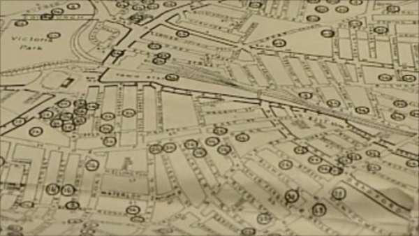 1. Crean mapa interactivo del bombardeo de Londres. Tras un año de trabajo, un equipo de la Universidad de Portsmouth presentó un mapa interactivo con la situación exacta de las bombas que cayeron en la capital británica durante la Segunda Guerra Mundial. Fue realizado con datos del Archivo Nacional Británico. El mapa arroja luz sobre la enorme devastación que causó el ataque aéreo alemán durante los ocho meses consecutivos en los que se centró sobre las islas británicas. La página web del mapa y la aplicación para Android también permiten averiguar los tipos de bomba que cayeron sobre Londres.
