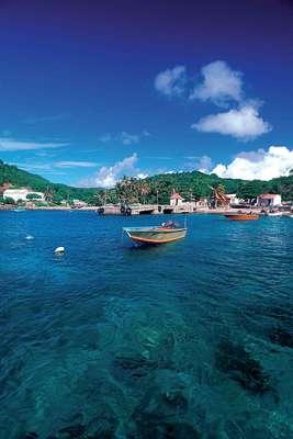 Les Saintes, Antilhas Francesas: pequeno arquipélago de ilhotas vulcânicas a 15 km da ilha de Guadalupe, Les Saintes é um segredo que vem sendo descoberto pouco a pouco pelos turistas. As ilhas mais interessantes são as maiores, como Terre-de-Haut, com belas praias, ruínas coloniais, pontos para mergulhar, além de cafés e pousadas como a Auberge Les Petits Saints. A 25 km de Terre-de-Haut, a ilha de Marie Galante tem tudo da vida tradicional do Caribe, com muito sol, produção de cana-de-açúcar e três vilarejos com restaurantes e casas de hóspede como o Village de Ménard, com preços a partir de R$ 140 diários