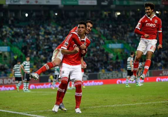 Com dois gols de Óscar Cardozo, o Benfica triunfou no clássico lisboeta e se igualou ao Porto na ponta