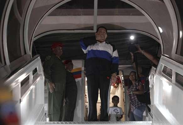 Chávez llega a Cuba para ser operado de su tumor canceroso