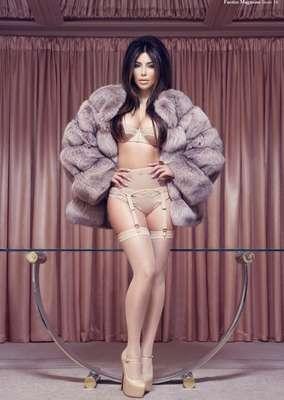 En comparación con otras celebridades, podemos decir que Kim Kardashian tiene un cuerpo saludable. No es ultra delgada, tiene curvas y se ha cuidado para hacerlo lucir al máximo con cada outfit que usa. Así que si tienes una silueta similar a la de la modelo, ¡a mover la cadera! Te compartimos algunos de sus hábitos y entrenamiento.