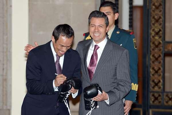 El Presidente Enrique Peña Nieto felicitó al campeón mundial de boxeo Juan Manuel Márquez, por su triunfo ante Manny Pacquiao, y a su vez el pugilista le hizo entrega de los guantes con los que venció al filipino.
