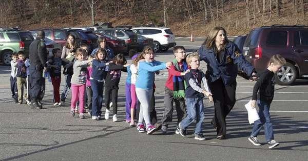 Al menos 18 niños y otros 9adultosfallecieron a raíz de un tiroteo en laEscuela Primaria Sandy Hook de NewtownenConnecticut.