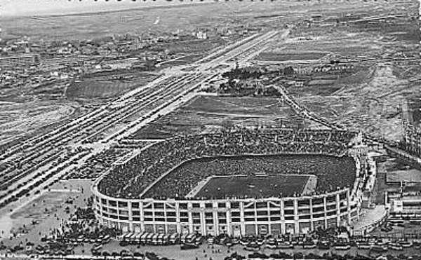 El Estadio se inauguró el día 14 de diciembre de 1947 en un partido entre el Real Madrid Club de Fútbol y Os Belenenses de Portugal, bajo el nombre de Nuevo Estadio Chamartín.8 El recinto poseía una capacidad de 75 145 espectadores, de los cuales 27 645 poseían asientos (7125 cubiertos) y 47 500 de pie (2000 cubiertos).
