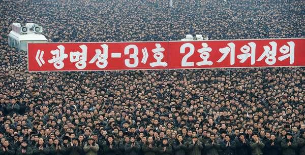 """Multidão se reúne no centro de Pyongyang para saudar o lançamento bem sucedido do foguete Unha-3 (Via Láctea 3), que carregava o satélite Kwangmyongsong-3. O lançamento foi comemorado e deve reforçar o poder do líder norte-coreano Kim Jong-un, que a uma semana de completar um ano no comando do país, conseguiu levar a nação a realizar o sonho de ser uma """"potência espacial"""""""