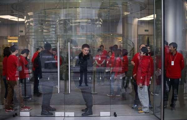 Guardas e funcionários da Apple aguardam em frente a uma loja em Pequim o início das vendas do iPhone 5 na China. A empresa espera reverter a queda de participação naquele que parece ter se tornado o maior mercado mundial de smartphones com a chegada do aparelho ao país