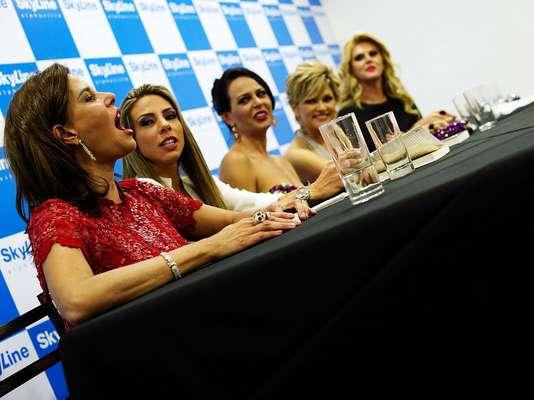 Ao lado de Narcisa Tamborideguy e Val Marchiori, as participantes da 2ª temporada do reality show 'Mulheres Ricas' - Mariana Mesquita, Cozete Gomes, Andréa Nóbrega e Aeileen Varejão - participaram, na sexta-feira (14), de coletiva de imprensa para promover o programa, que estreia no dia 7 de janeiro. Na data, elas filmaram cenas do último capítulo da nova edição da atração, com cenas rodadas em show do sertanejo Leonardo, em Santana do Parnaíba (SP)