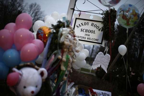 Um memorial improvisado foi criado perto da entrada da Escola de Sandy Hook para as vítimas do tiroteio