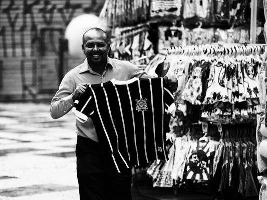 São Paulo amanheceu alvinegra nesta segunda-feira, um dia após o Corinthians conquistar o Mundial de Clubes; confira imagens das ruas da capital paulista com o torcedor mostrando sua felicidade