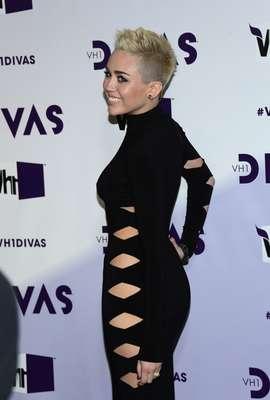"""Miley Cyrus, luciendo un elegante y sensual traje negro con aberturas, encabezó a las estrellas que lucieron totalmente sexies en la alfombra roja del concierto """"VH1 Divas 2012"""", realizado en el Shrine Auditorium de Los Ángeles el 16 de diciembre de 2012."""