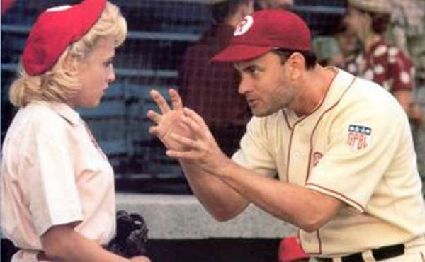 "Tom Hanks en el papel de Jimmy Dugan y Bitty Schram en el papel de Evelyn Gardner en una escena de la película ""A League of Their own"" en una fotografía proporcionada por Columbia TriStar Home Video. Varias películas memorables como ""Breakfast at Tiffanys"", ""Dirty Harry"", ""A League of Their Own"" y Matrix fueron elegidas por la Biblioteca del Congreso para entrar en sus archivos cinematográficos, informó la biblioteca el miércoles 19 de diciembre de 2012. (Foto AP/Columbia TriStar Home Video)"