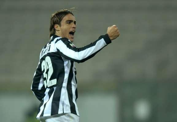 Líder isolada do Campeonato Italiano, a Juventus contou com dois gols de Macri para virar nos acréscimos do segundo tempo e derrotar o Cagliari por 3 a 1, pela 18ª rodada do Campeonato Italiano