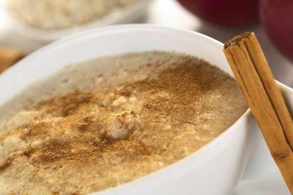 Come una taza de avena con canela elaborada con leche descremada que posee sólo 2g de grasa en 160g, comparada con los 110g de las galletas de avena que suministran 27g de grasa.
