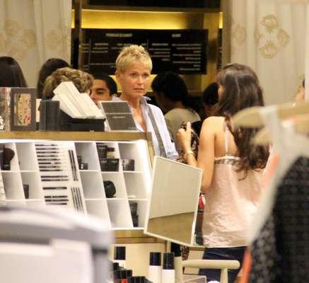 Xuxa foi fotografada passeando em um shopping do Rio de Janeiro nessa sexta-feira (21). Carregando um cachorrinho, a apresentadora visitou algumas lojas e foi abordada por fãs