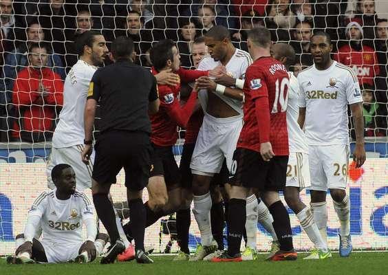Uma confusão entre o atacante holandês Robin van Persie e o zagueiro Ashley Williams marcou o empate por 1 a 1 entre Swansea e Manchester United neste domingo, pela 18ª rodada do Campeonato Inglês