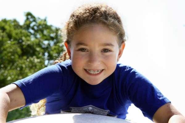 A Associação Americana de Ortodontia recomenda que toda criança faça avaliação ortodôntica a partir dos 7 anos. Segundo especialistas, alguns tratamentos podem começar até antes, mas isso depende de cada caso. Quando a criança tem por volta de 5 a 7 anos normalmente não tem paciência para escovar os dentes e passar fio dental com o cuidado que é preciso ao usar aparelho. Criança tem pressa para brincar e, quanto mais nova ela for, mais dificuldade tem de fazer coisas que terão um resultado ao longo do tempo, diz a psicóloga Miriam Barros.