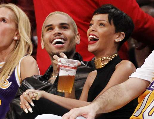 Ex-namorados, os cantores Chris Brown e Rihanna assistiram juntos à vitória do Los Angeles Lakers em casa sobre o New York Knicks no Staple Center, na rodada de Natal da NBA