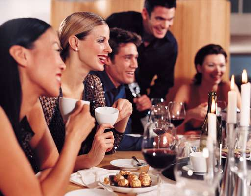 Mantenha as amizades: seus amigos trazem diferentes aspectos de sua personalidade, e essas relações ajudam você a não se perder no relacionamento. Bons amigos também oferecem atributos diversos às nossas vidas e podem dar apoio nos momentos difíceis; além de ajudarem a amenizar a pressão que depositamos em apenas uma pessoa ao nos relacionarmos