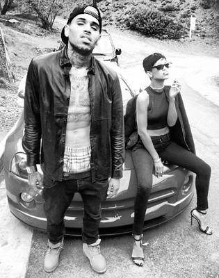 """Rihanna and Chris Brown pasaron la Navidad juntos. La cantante de """"Diamonds"""" subió a Instagram esta foto en blanco y negro que decía, """"ThugLife #merryChristmas."""""""