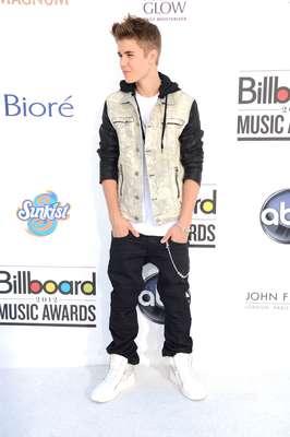 Justin tiene un look muy definido un pantalón ancho y ropa un poco holgada. Acá lo vemos con un chaquelo y saco de capota.