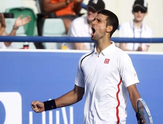 Melhor atleta do circuito da Associação dos Tenistas Profissionais (ATP) nesta temporada, Novak Djokovic continua mostrando o porquê lidera o ranking da entidade. Nesta sexta-feira, o atleta sérvio estreou no Mubadala World Tennis Championship, em Abu Dhabi, e triunfou diante de David Ferrer por 2 sets a 0, com parciais de 6/0 e 6/3