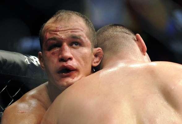 Junior Cigano levou a pior no confronto com Cain Velásquez e perdeu o cinturão dos pesados do UFC
