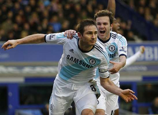 Chelsea's Frank Lampard (L) celebrates scoring with Eden Hazard during their English Premier League soccer match at Goodison Park in Liverpool, northern England December 30, 2012. REUTERS/Phil Noble