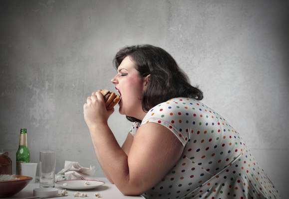 Em seu novo livro, Robert Lusting, professor de clínica pediátrica da Universidade da Califórnia, traz uma nova teoria científica. Para ele, o impulso de comer demais e a vontade de ficar sem fazer nada não é um sinal de fraqueza e sim um problema hormonal, desencadeado pelo excesso de consumo de açúcar. Este hormônio chamado o hormônio leptina funciona como um termostato de apetite. Enquanto ele age diminuindo a fome a grelina é o hormônio que aumenta o apetite. Quando a pessoa comeu o suficiente suas células de gordura liberam leptina, que informa ao cérebro que já é hora de parar de comer. E segundo Robert, é justamente este o processo afetado pelo doce