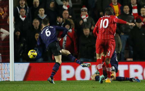 Southampton's Gaston Ramirez (R) shoots and scores his goal against Arsenal during their English Premier League soccer match at St Mary's Stadium in Southampton January 1, 2013. REUTERS/Eddie Keogh
