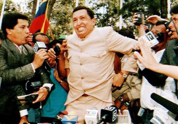 O tenente Hugo Chávez concede entrevista coletiva após ser libertado da prisão, em março de 1994, depois que as acusações contra ele foram retiradas - Chávez havia sido preso acusado de liderar uma tentativa de depor o ex-presidente Carlos Andres Perez em um golpe de Estado