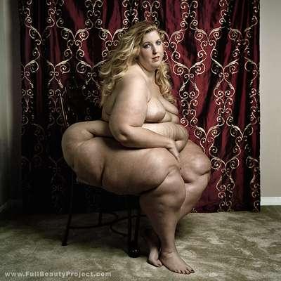 """El fotógrafo italiano Yossi Loloi encabeza el proyecto """"Full Beauty"""" que muestra la belleza desnuda de mujeres con obesidad mórbida. El profesional de la imagen refiere que su trabajo proyecta que hay libertad de gustos y que la belleza puede tener diferentes formas. Las mujeres que posaron en las fotografías pesan más de 150 kilogramos y con cada pose calculada por Loloi protestan contra la discriminación impuesta por la sociedad."""