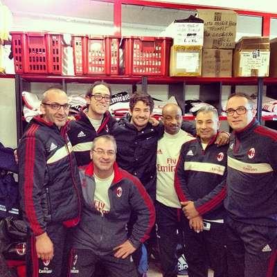 Contratado pelo Corinthians, o atacante Alexandre Pato aproveitou a sexta-feira para se despedir do Milan, clube que defendeu por cinco temporadas. O jogador foi a Milanello, CT da equipe italiana, e posou para fotos com funcionários do local