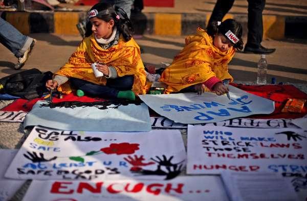 Un tribunal de Nueva Delhi imputó este sábado a cinco de los seis acusados de violar y torturar en un autobús a la joven estudiante india que falleció la semana pasada, cuyo acompañante ha denunciado pasividad policial y ciudadana ante el crimen.