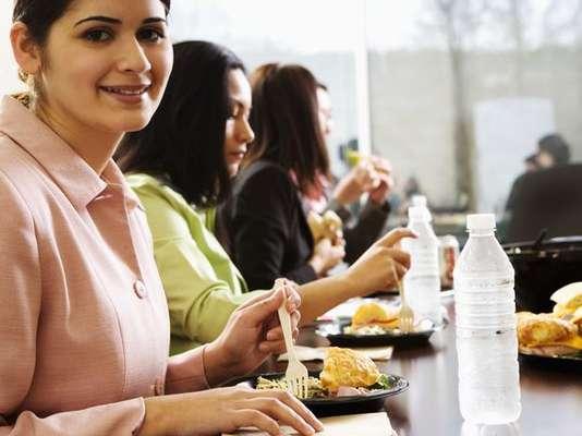 Elige alimentos saludables: trata de evitar el consumo excesivo de grasas o carbohidratos simples que no te ayudan para mantener a tope los niveles de energía de tu cuerpo. Opta por carnes blancas o huevos, combinados con vegetales, y frutas que te dejarán más saciada y despierta.
