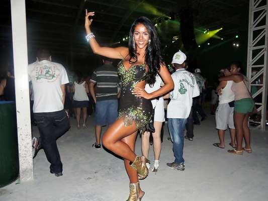 Aline Bernardes, que representou Mato Grosso no concurso Miss Bumbum 2012, será destaque de chão da escola de samba Mancha Verde. Na noite do último sábado (5), ela participou do ensaio técnico que aconteceu no sambódromo do Anhembi, em São Paulo. Usando um vestido curto, ela chamou a atenção dos presentes