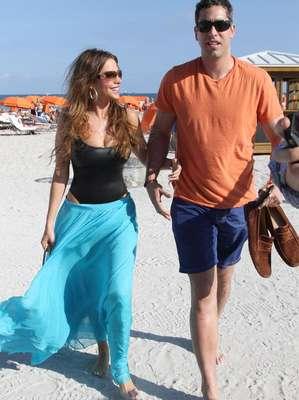 Sofia Vergara inicia el año asoleándose en Miami en compañía de su prometido, Nick Loeb.