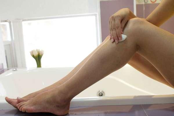 Ideal para atenuar o inchaço das pernas cansadas, receita à base de álcool etílico e arnica promete diminuir o incômodo e devolver a vitalidade aos membros inferiores
