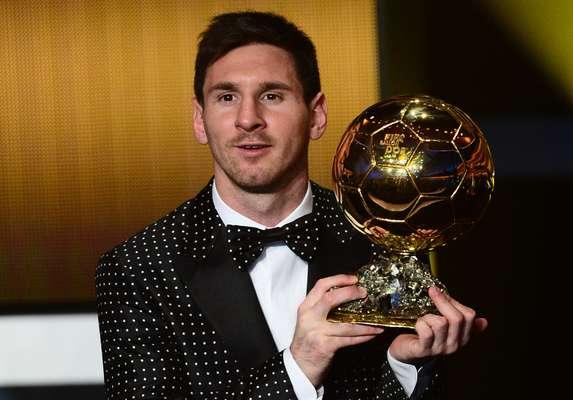 Lionel Messi é eleito pela quarta vez o melhor jogador do mundo e recebe a Bola de Ouro