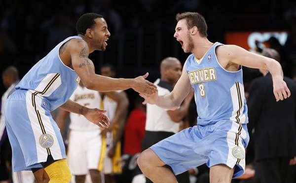 O Denver Nuggets venceu fora de casa, no Staples Center, na noite deste domingo, o Los Angeles Lakers pelo placar de 112 a 105, em mais um jogo da temporada regular da NBA. Os Lakers (15-18) sofreram a terceira derrota consecutiva e a quarta nos últimos cinco jogos, apesar do astro Kobe Bryant ter sido o cestinha da partida com 29 pontos. Por outro lado, os Nuggets (20-16) alcançaram a segunda vitória seguida e estão em sétimo da Conferência Oeste