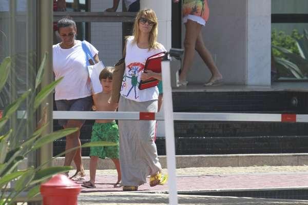 Carolina Dieckmann levou o filho para uma gravação de 'Salve Jorge' nesta terça-feira (8) na Barra da Tijuca, no Rio de Janeiro. Giovanna Antonelli e zezé Polessa também gravaram cenas de suas personagens no local