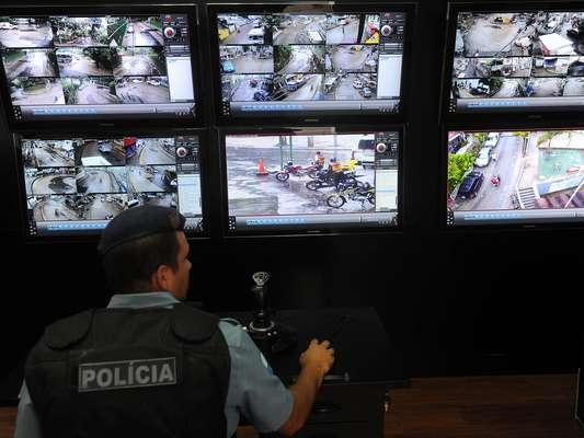 Tudo o que acontece na Rocinha é transmitido ao vivo para uma central de monitoramento da PM, instalada na rua 2 da comunidade