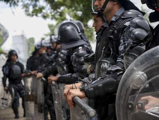 Policiais do Batalhão de Choque cercaram neste sábado o antigo Museu do Índio, prédio vizinho ao Estádio Maracanã, na zona norte do Rio de Janeiro, onde um grupo de indígenas se instalou para resistir à demolição do edifício