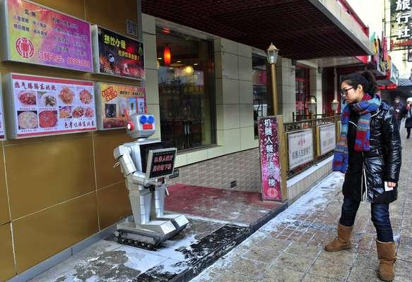 Um restaurante em Harbin, no norte da China, abriu suas portas com 20 robôs desempenhando as funções de garçons e cozinheiros