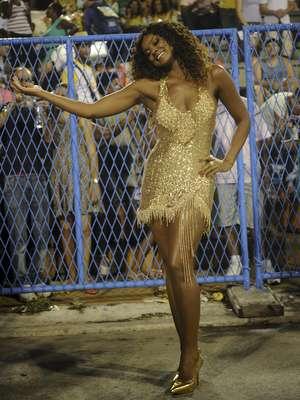 Cris Vianna animou o público que acompanhava o ensaio da Imperatriz Leopoldinense na Marquês de Sapucaí na noite deste sábado (12), no Rio de Janeiro.Além de mostrar que tem samba no pé, a atriz que é rainha de bateria da escola animou os presentes na festa e foi atenciosa com os outros integrantes, posando para fotos