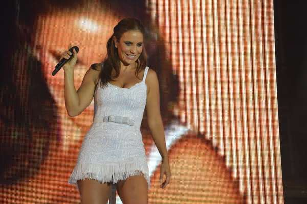 Ivete Sangalo agitou o público do Tamandaré Fest, no Recife (PE), no sábado (12). Para seu show, a cantora escolheu um vestidinho branco curto e dançou muito no palco