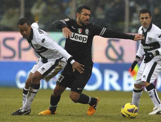 Quagliarella procura espaços diante da marcação do Parma, que resistiu à força da líder Juventus e empatou por 1 a 1