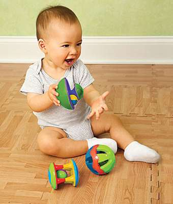 Baby Rattle Ball SetUn trío de sonajeros con muchos asideros para los dedos pequeños, además de bolas cerradas laminadas para explorar. Fácil de entender, ideal para la coordinación motora fina. Los primeros juguetes del bebé deben ser fascinantes! Para edades de 3 meses en adelante. colores surtidos