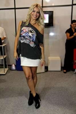 """A atriz e apresentadora Karina Bacchi, conhecida por seu estilo rock 'n' roll, não deixou o gosto de lado para comparecer à São Paulo Prêt-à-Porter, nesta segunda-feira (14). De mini saia, salto alto, camiseta preta e anel de caveira, ela contou que acompanha as tendências pela mídia e pela rede social Instagram, mas que sempre adapta os modelos ao seu estilo. """"Gosto de peças que não marcam muito a silhueta, me sinto vulgar com a roupa toda apertada. Se eu colocar uma saia curta, escolho uma blusa mais larguinha e assim por diante"""", contou ao Terra"""
