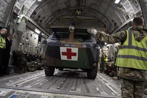 Soldados franceses carregam um Boeing C-17 britânico com veículos militares na base aérea de Brize Norton, no Reino Unido